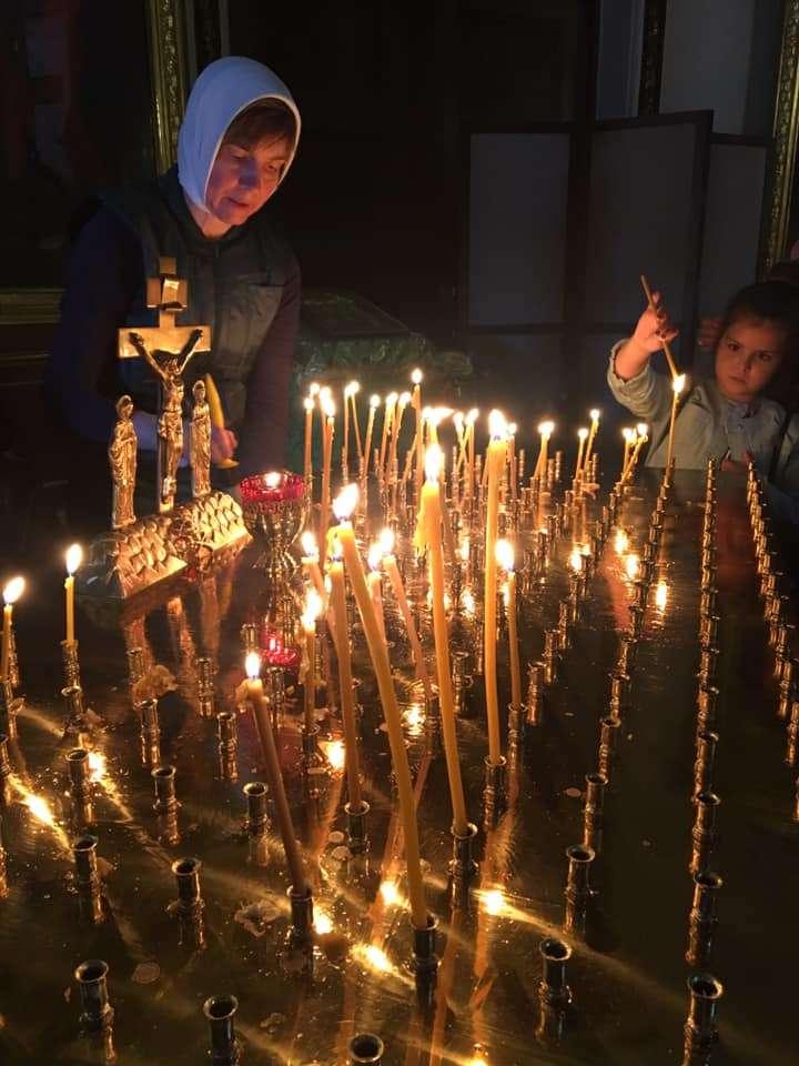 mamma e figlia nella cattedrale di Kazan, San Pietroburgo