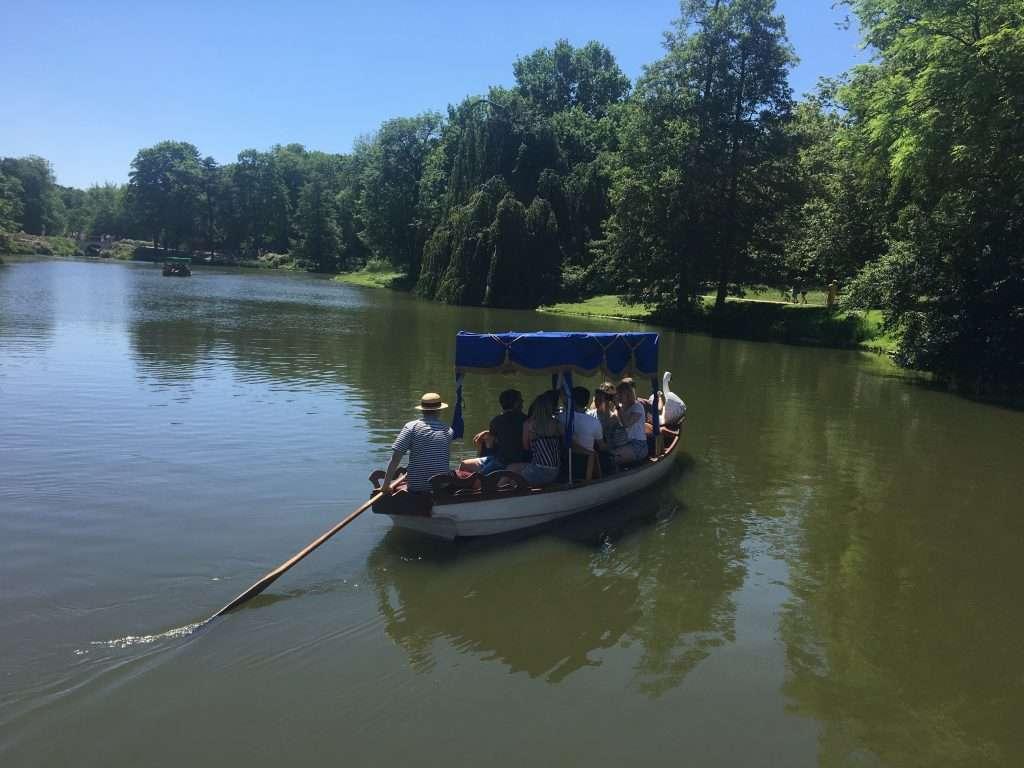 barchetta sul lago nel parco lazienki